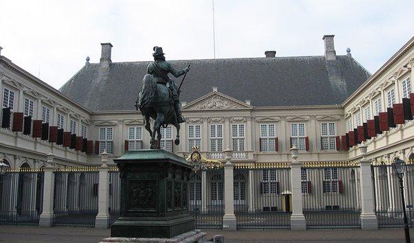 Гаага - королевский дворец и парламент в одном флаконе