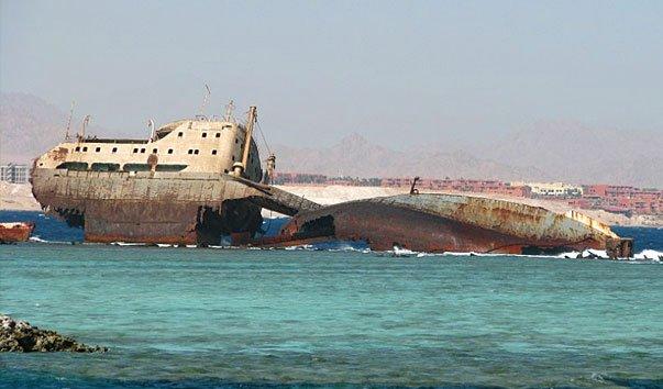 Корабль на рифе