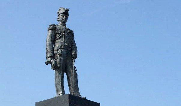 Памятник адмиралу Krom Luang Jumborn Khet Udomsakdi