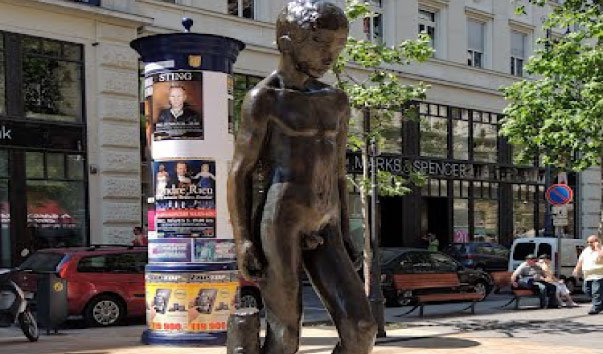 Памятник Голый мальчик в Будапеште