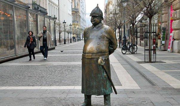 Памятник полицейскому в Будапеште