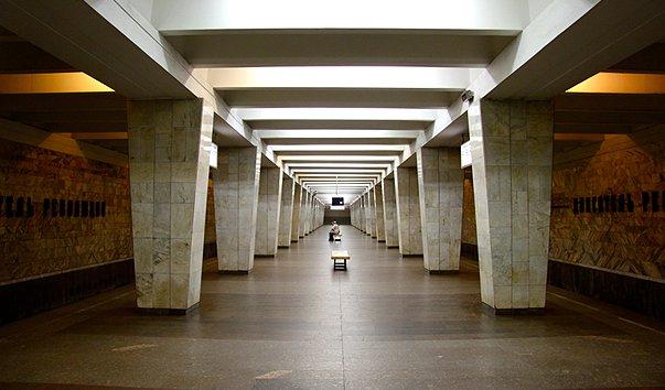 Станция метро 'Двигатель Революции'