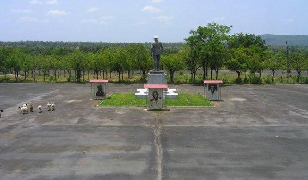 Статуя президента Эядема